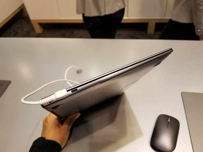 機身比起 Apple MacBook Pro 更薄。
