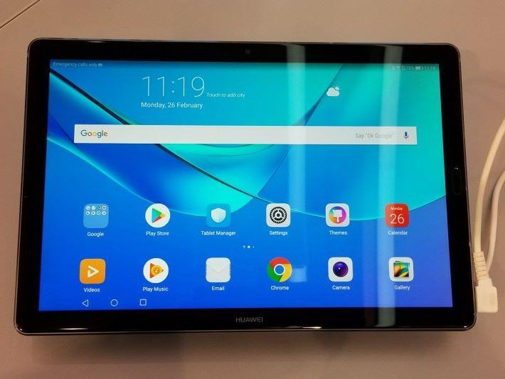 三款新機都採用 2K 解像度屏幕。