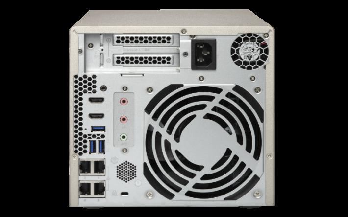 部分 QNAP NAS 型號的機背具備 PCIe 插槽,可加插各式各樣的擴充卡。