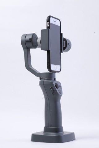 有些三軸穩定器提供可調節手機夾角度的功能,拍片時可調整至直向設定。