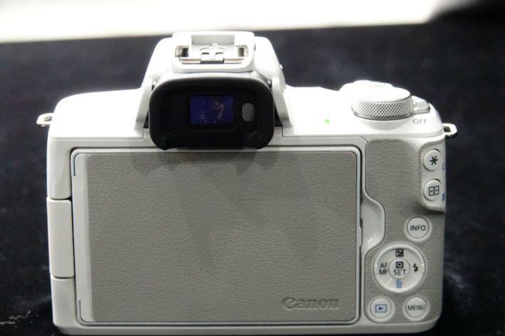 白色版本的 M50 屏幕背後亦用上淺灰色設計。