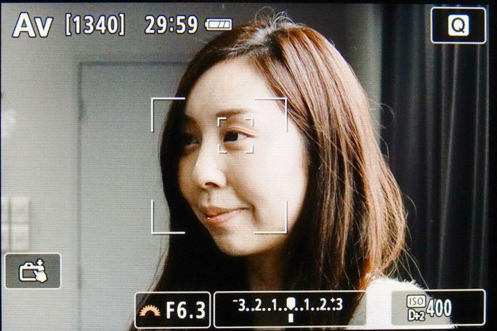 當相機偵測到人臉後,亦會自動對準較近的眼睛。