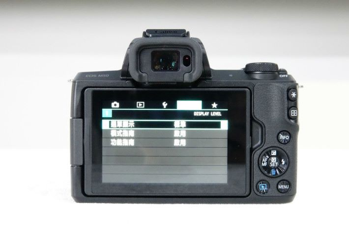 M50 採用 3 吋 104 萬點側揭式多角度觸控屏幕。
