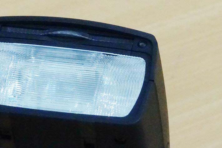 閃燈頭設有距離感應器,能決定最佳反射角度。