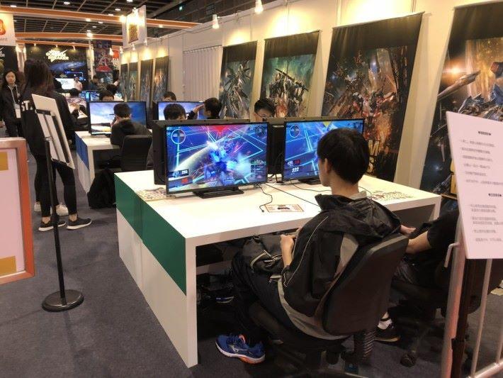 周日將會舉行《 Gundam Versus 》比賽,獎金超過 14 萬港幣,吸引大量人來試玩。