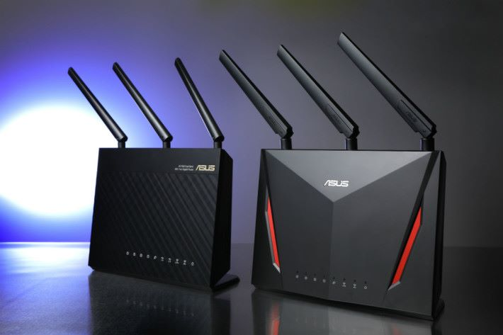 左邊為 ASUS RT-AC68U(Satellite Node),右邊為 ASUS RT-AC86U(Router Node)。