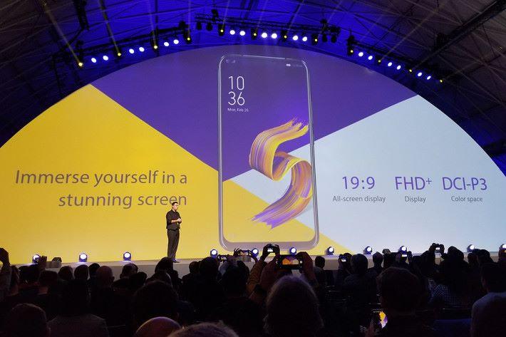 ZenFone 5 及 5Z 使用19:9、FHD+ 比例屏幕、屏佔比高達 90%。