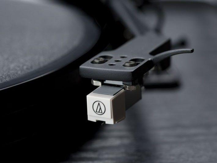 採用 Audio Technica 的唱臂和唱針。