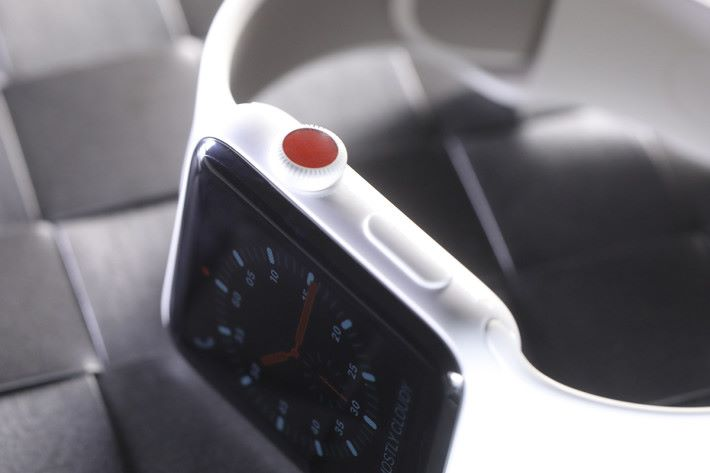 Series 3 GPS+Cellular 版錶冠以紅點為記。
