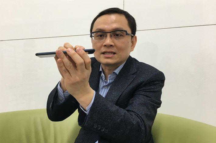 張嘉臨近年成為手機業務對外的最主要人物,甚至在訪問中為媒體詳細介紹重點手機的特色。