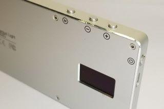 CNC 切割的航空鋁外殼令補光燈外觀與輕巧兼備,僅重135g。