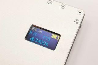 機背有小型 LCD,顯示光度、色溫 K 數及使用時間,狀態一目了然。