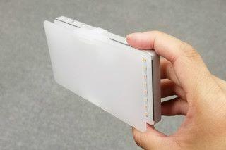 GL-01 附送柔光板,套上後就可以將光線變得柔和。