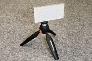 裝上三腳架後的樣子,配合這樣的小型腳架,放在檯上補光就十分方便。