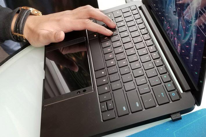 Project Linda 的鍵盤也加入了燈光功能,亦可變化出不同形式的顯示。合體後的 Razer Phone 就充當了觸控板的角色。