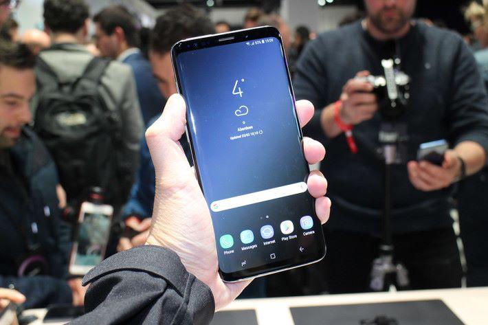 Galaxy S9+ 續雙曲面屏幕「Uninterrupted Display」設計,握感與 Galaxy S8+ 接近,機邊絕無鋒利感。
