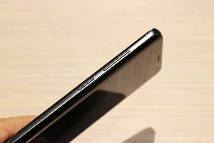 左側配置了音量鍵及啟動 Bixby 功能的按鍵。
