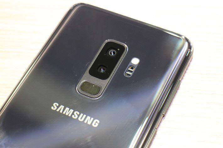 Galaxy S9/S9+ 指紋感應器落在主相機的下方。