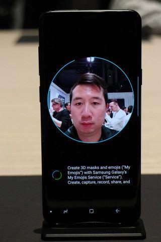 要使用 AR Emoji 功能,先要掃瞄用戶的外貌。