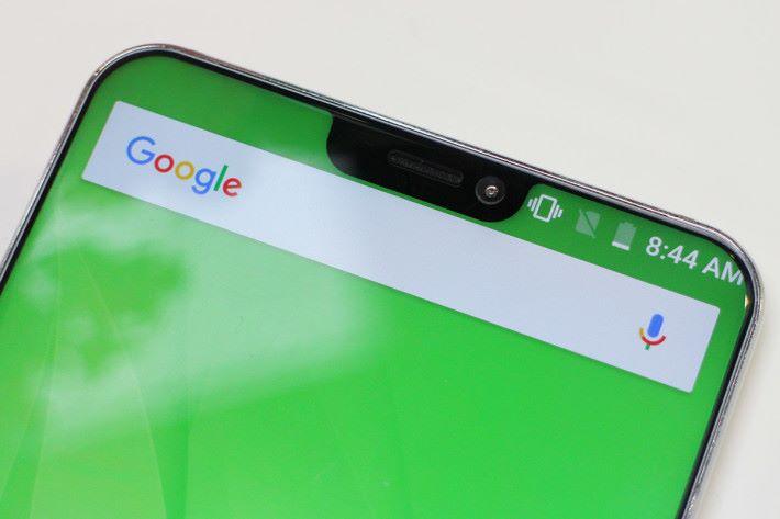 屏幕的瀏海設計比 iPhone X 小巧得多。