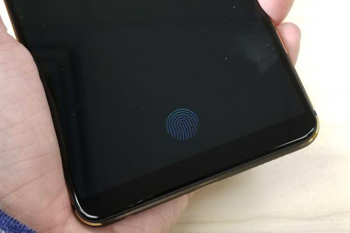 當屏幕鎖定下,一拿起手機時屏幕就會出現指紋圖案,手指一按即解鎖。