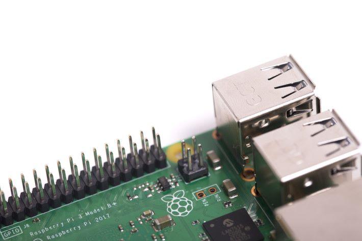 新加的 4 針,用來對應 PoE 擴充板。