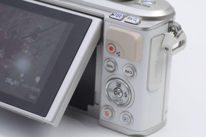 拍片按鈕在播放模式時變為分享功能鍵。