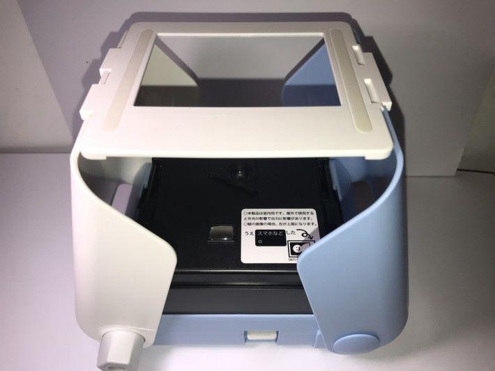 打開印相機的左右兩旁的支架後,就可以安擺放手機屏幕的照相架。