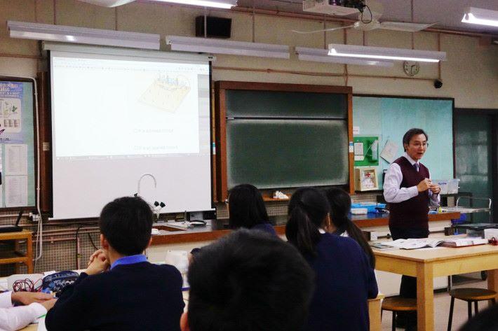 課堂剛開始時,先進行簡潔講解,但課堂比日常節奏明快,與複習比較相似。