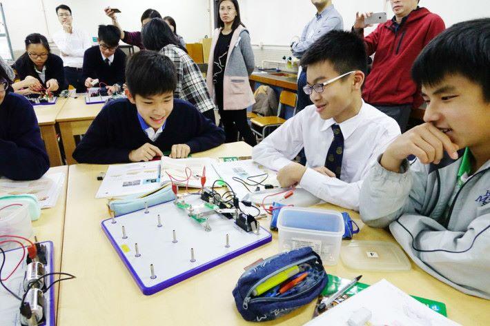 接著是第二個活動的目標是同一個電路概念下,加入三個燈泡,顏老師表示此活動正是第一個新增活動。此時課堂氣氛已開始升溫,由單向轉作互動討論,甚至會出現有創作能力的學生。