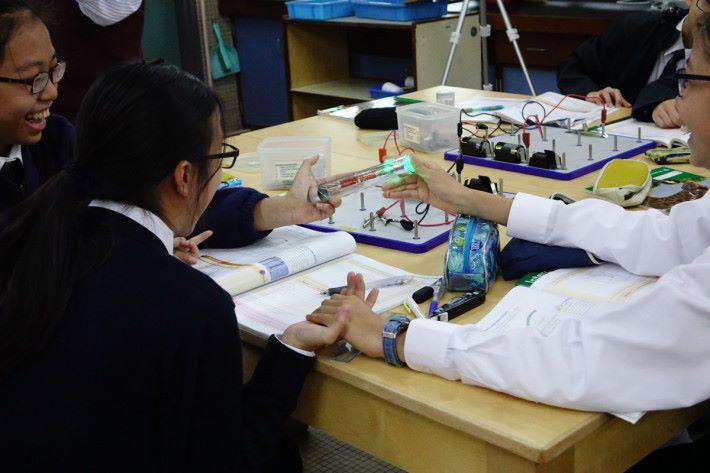 另一個增設的課堂活動,老師向學生提問,人體是否導電?同時加入新的彩光導電棒作實驗器材,圖中為三個學生連結的實驗結果。三個人以後,老師引領同學做六個人的實驗,學生十分樂於參與。