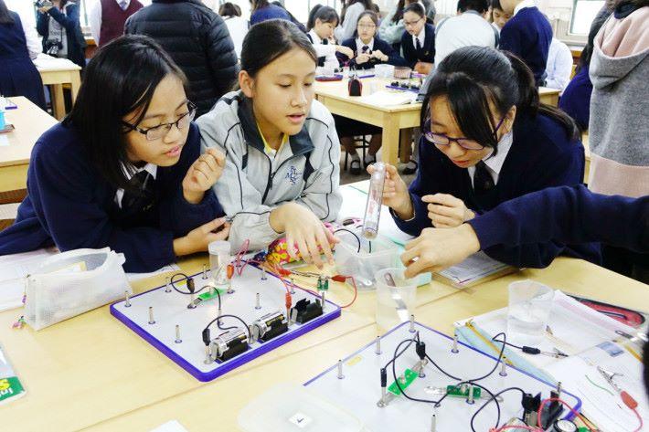 還有一個活動是用不同導電物,如水進行測試。經過上述的活動,觀課時能看見學生自動討論與參與。