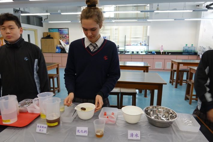 Step 2:接著用湯匙盛滿「海藻酸鈉果汁」,加入至已準備好的「乳化鈣」中,並快速反轉湯匙讓海藻酸鈉果汁脫離就可凝成「海藻酸鈣」水球。