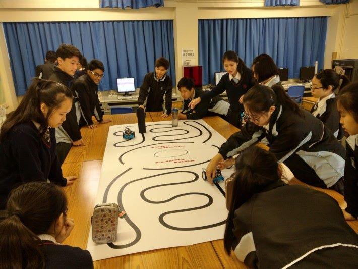 初中課堂有教授基本的 mBot 研作,楊鎮濤老師比起單純用電腦教授,能活動的東西確實較易吸引學生。