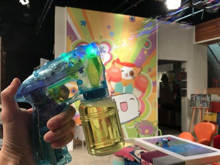 泡泡槍的出現令到不少大小朋友帶來更多的歡樂,一按下按鈕就能夠連續吹出多個大小相近的肥皂泡。