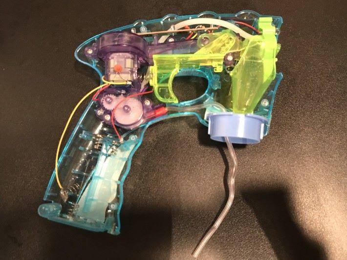 連接多層機關帶動水撥上下移動,令肥皂泡水薄薄地張在槍口的膠圈中,當遇到由扇葉轉動吹出風時,就可造出多個大小相約的肥皂泡。