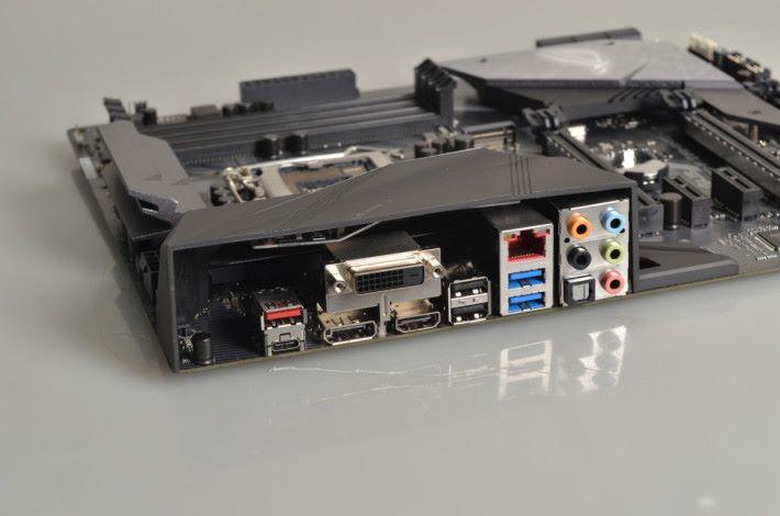 背板設 USB 3.1 Gen2 Type-A 及 Type-C 連接埠。