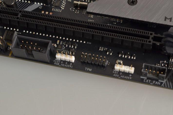 提供兩個 RGB LED 供電頭。