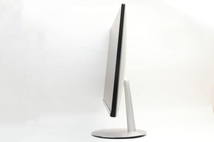 機身以金屬物料製作,側面更能發現機身纖薄,一點也不像 AiO 設計的電腦。