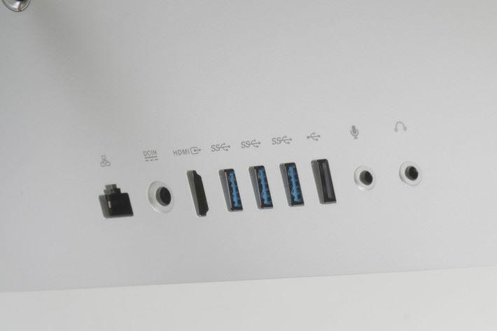 背面提供多達四組 USB 端子,其中三組屬於 USB 3.1 Gen 1/Gen 2,另有一組 HDMI 端子可配合 VR 裝置使用。