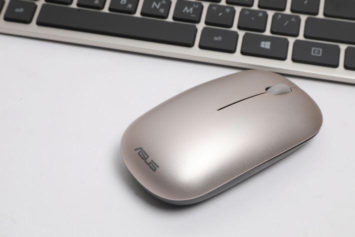 官方提供無線滑鼠與鍵盤,操作手感尚算不錯。
