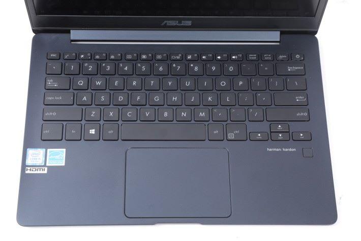 六行式鍵盤提供 1.4mm 鍵程,兼具背光燈。