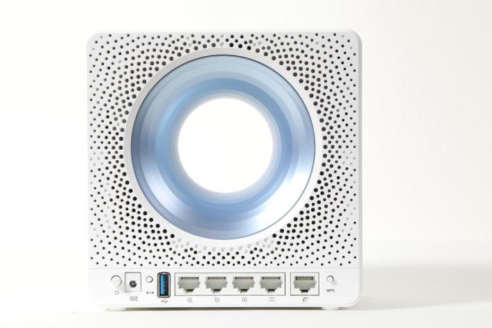 埠位方面有一個 Gigabit WAN、四個 Gigabit LAN 和一個 USB 3.0,機身背後也有大量散熱孔。