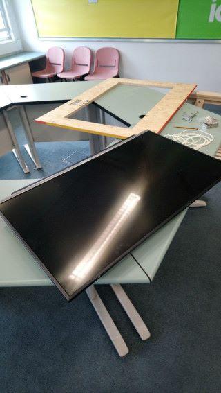 預備 OSB 木板,並用電鋸將中間相等於顯示屏尺寸的形狀置空,留下一個長方形的框架。