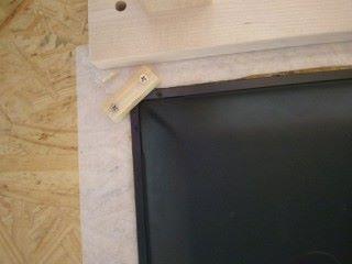 接著將顯示屏嵌入在框架中,在木板的底部加上一些支撐元件作鞏固,令顯示屏不會跌下來。
