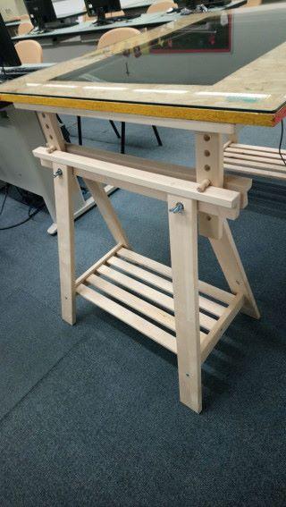 然後預備檯腳,分別放在木板的兩邊;最後將平板玻璃蓋在木板上,互動桌子就製作便完成。