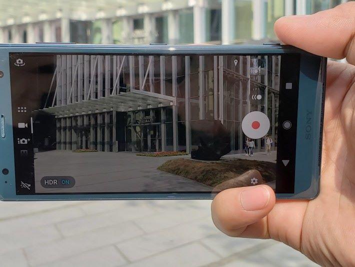 XZ2 更是首款可拍攝 4K HDR 影片的手機,以後拍片就唔怕又爆光又失去細節。