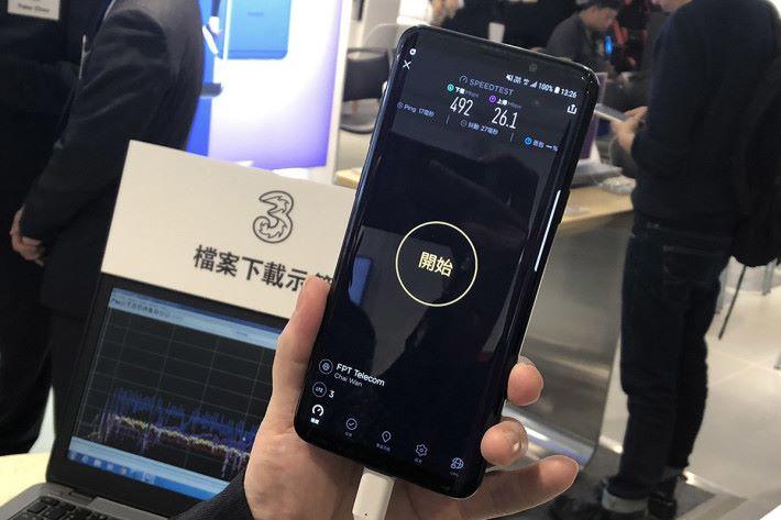 利用 Samsung Galaxy S9+ 實試 5CC CA 4.5G 網絡,雖然受制於並不是使用 4x4 MIMO,但仲有極為高速的下載速度。