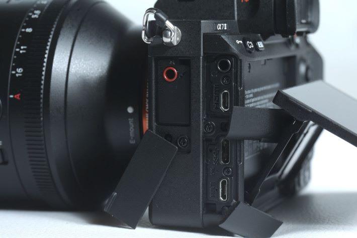 機身左側有齊咪高峰、耳機、 HDMI 輸出、 USB-C 和多用途插頭。