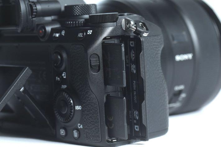 雙插卡槽無論拍片或連拍都大派用場。